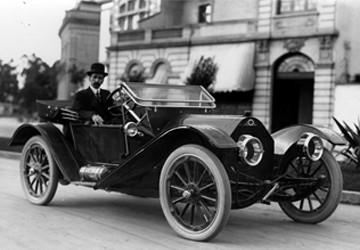 Los automóviles en México comenzaron a circular desde 1895, cuando se registró por primera vez la importación de un automotor adquirido por Fernando de Teresa. Al año siguiente Alexander Byron Mohler y William P. de Gress construyeron el primer automóvil –aunque todavía de carácter artesanal– y en 1898 se importaron algunos autos más de origen francés de la marca Delaunay Belleville, de la Benz de Alemania, la italiana Fiat y las compañías estadounidenses Packard y Pope-Toledo. En 1901 se abrió la primera concesionaria y para 1903 se anunció en la prensa la venta de automóviles Oldsmobile en la Ciudad de México.